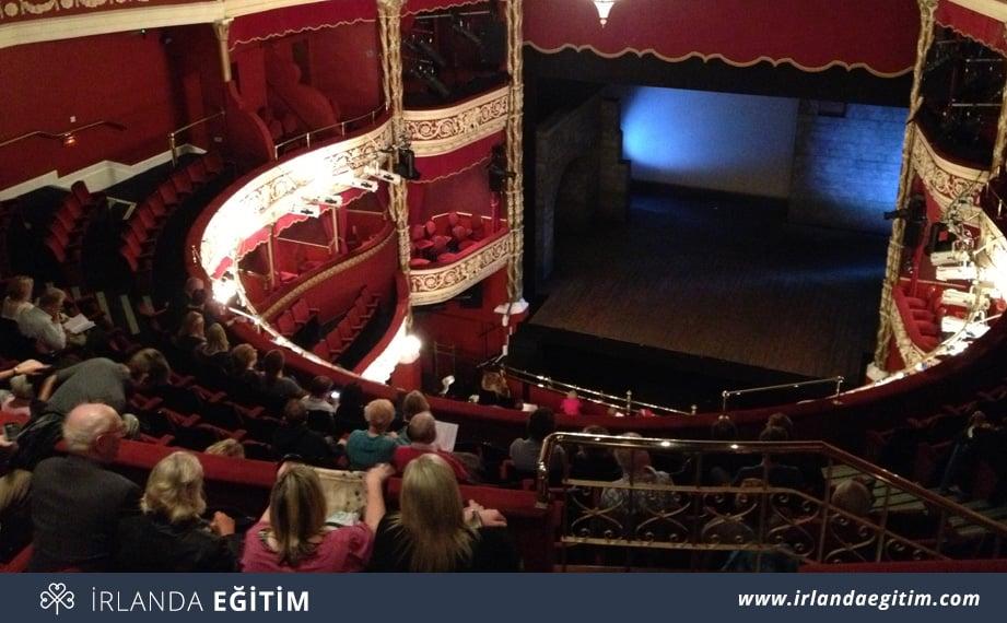 İrlanda İnsanlarının Edebiyat ve Tiyatro Tutkusu